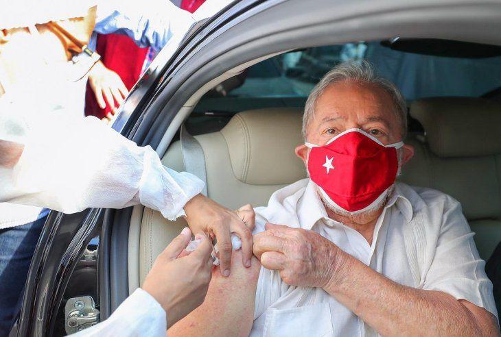 """El expresidente de Brasil, Lula Da Silva, recibió la segunda dosis de la vacuna Sinovac y pidió al Gobierno de Bolsonaro """"escuchar a la ciencia"""""""