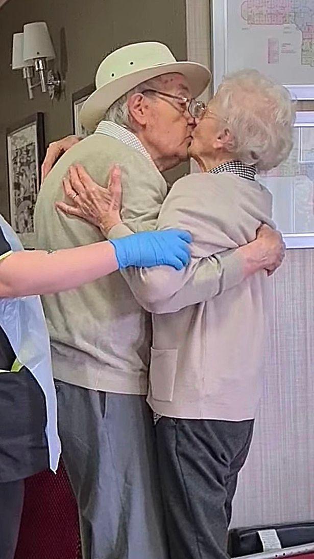 Viral: el emotivo reencuentro de un matrimonio de abuelos tras haber estado meses separados