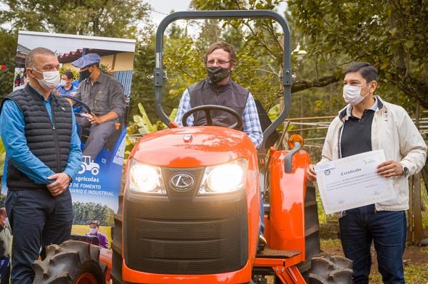 Hipólito Yrigoyen: IFAI y Vicegobernación entregaron tractores e insumos