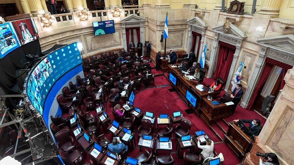 El Senado empieza a estudiar la postergación de las elecciones y recibe a Cafiero