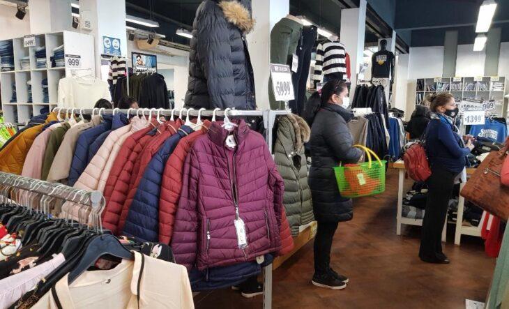 Posadas: con incremento de precios de hasta el 40%, se disparan las ventas de abrigos en los primeros días de frío