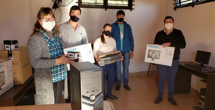El ministro Adolfo Safrán entregó computadoras a la biblioteca popular de Mojón Grande