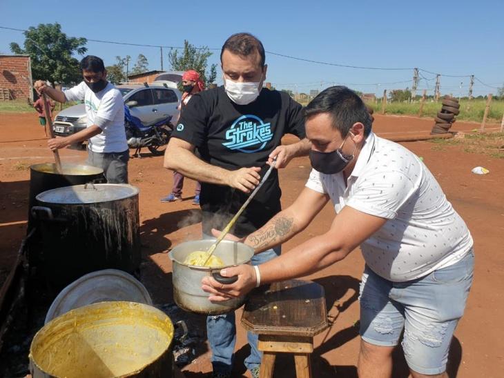 El gobernador Oscar Herrera Ahuad compartió el locro del 1° de mayo con vecinos de Itambé Miní