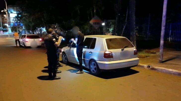 Manejaba borracho y sin documentación vehicular en Aristóbulo e intentó coimear a la policía con plantines de yerba mate