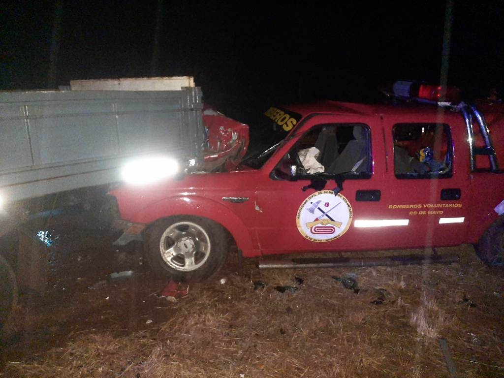 25 de Mayo: camioneta de Bomberos Voluntarios impactó contra un camión que se encontraba en la banquina