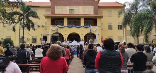 Cientos de fieles celebraron a la Virgen de Fátima con procesión vehicular y misa
