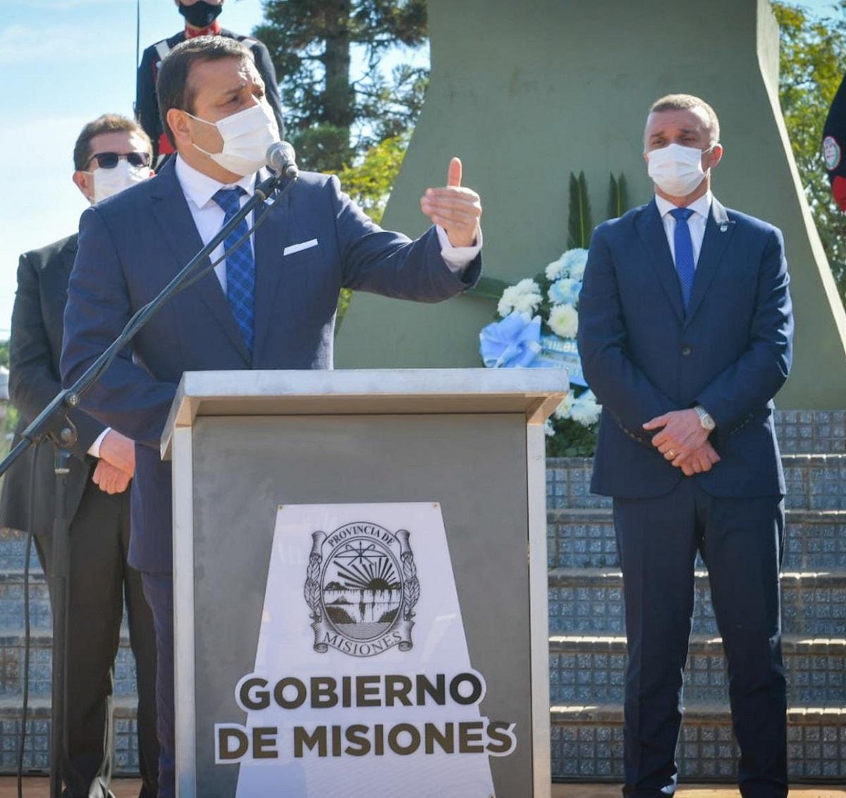 """En el acto por el 25 de Mayo, el Gobernador Oscar Herrera Ahuad rindió homenaje a los Héroes de Mayo y reconoció la labor de """"nuestros héroes que nos cuidan todo el año"""", el equipo de salud"""
