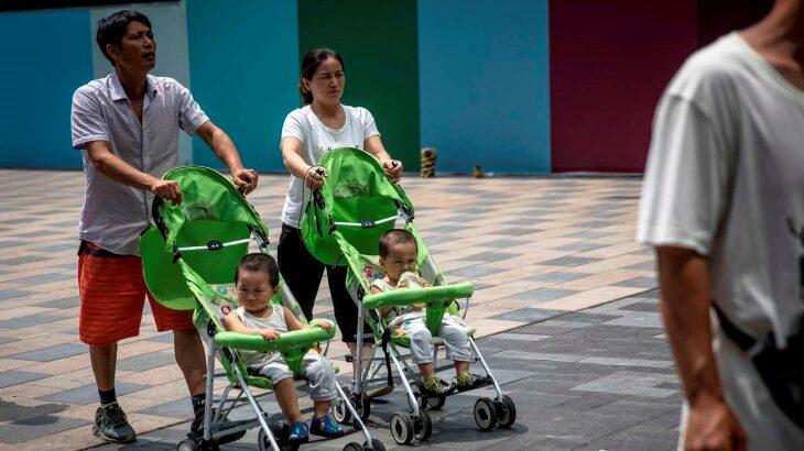 En un giro histórico en su política de natalidad, China autoriza a tener tres hijos por familia