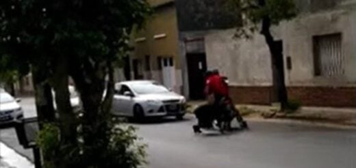 fue arrastrada por motochorros y golpeada por un vecino