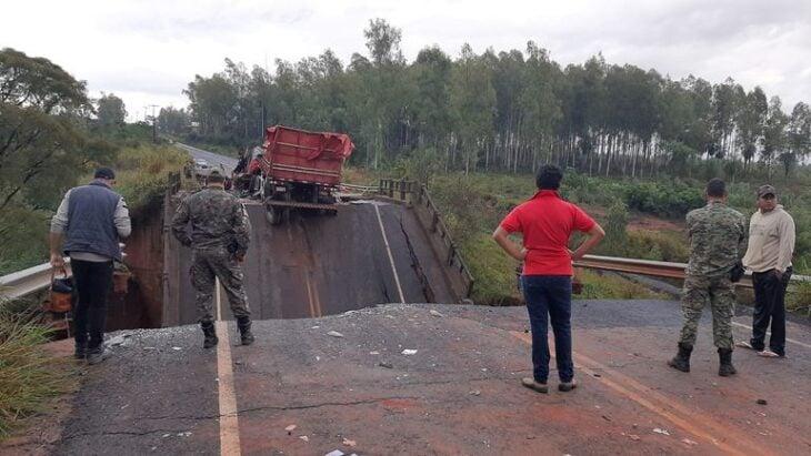 Se rompió un puente en Paraguay y cayeron dos camiones y una camioneta: hay tres muertos y tres heridos