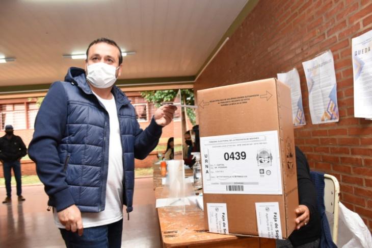 """#MisionesElige: """"Es un gran desafío y como misioneros estamos felices porque podemos votar con el máximo cuidado sanitario"""", dijo Herrera Ahuad tras sufragar"""