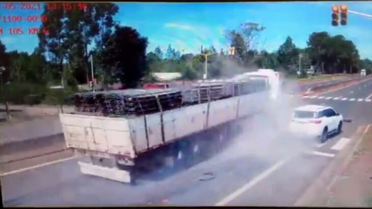 Un camión pasó un semáforo en rojo y casi provoca una tragedia en Garupá