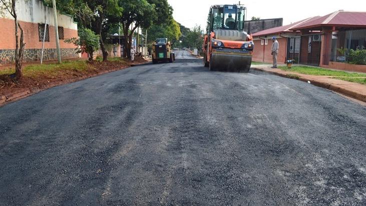 Continúan los trabajos de asfalto sobre empedrado en barrios de Posadas