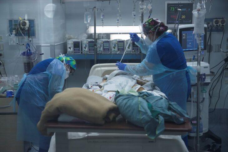 Por primera vez los menores de 39 años lideran la ocupación de camas UCI por coronavirus en Chile