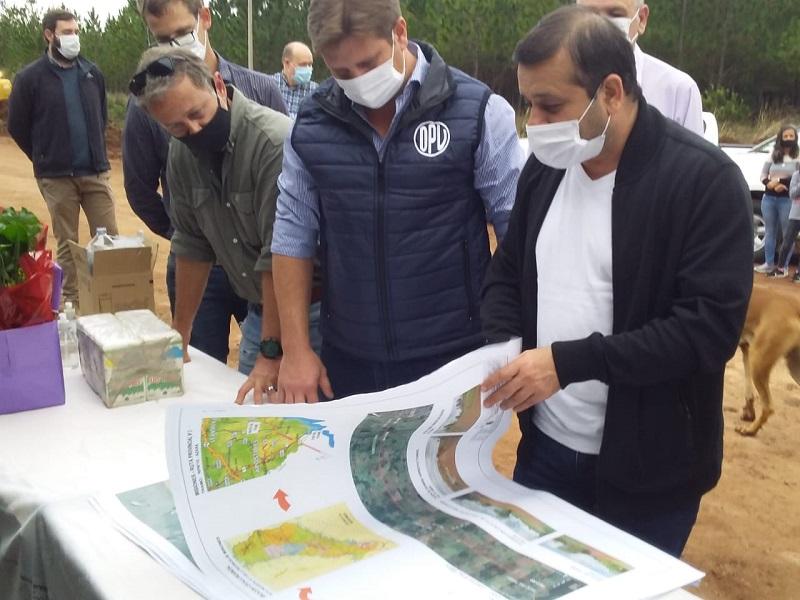 """Herrera Ahuad supervisó el inicio de la obra de asfaltado de la ruta entre Azara y Tres Capones, """"un tramo que tendrá un impacto productivo y turístico"""""""