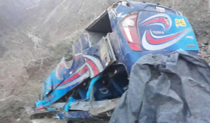 Perú: mueren 17 personas tras la caída de un autobús a un abismo