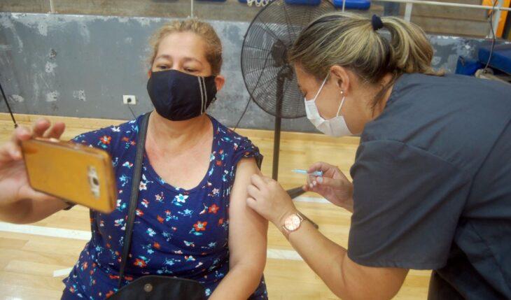 Vacunación en Misiones: planifican inocular contra el Covid-19 a trabajadores de comercio, estaciones de servicio, gastronómicos y hotelería