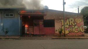 Se desató un incendio en una hamburguesería de Puerto Rico pero los bomberos voluntarios lograron sofocarlo