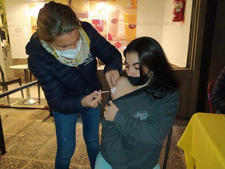 En el Día del Amigo, vacunan contra el coronavirus en bares de Posadas