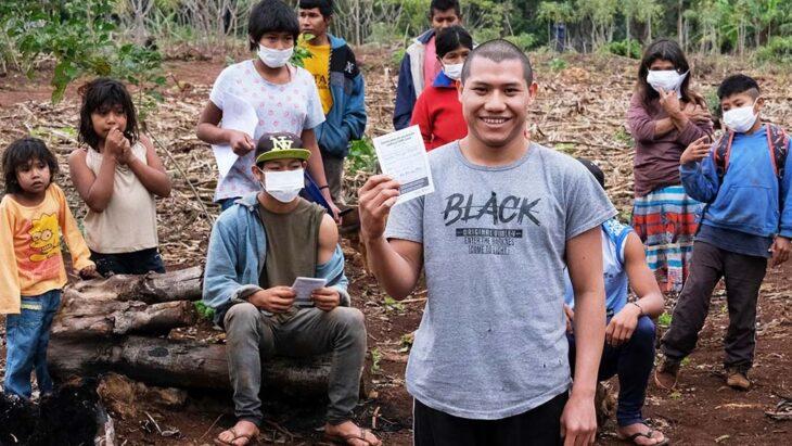 Vacunar en Pozo Azul, la entraña de la tierra roja misionera, donde se inmunizó a integrantes del pueblo mbyá guaraní