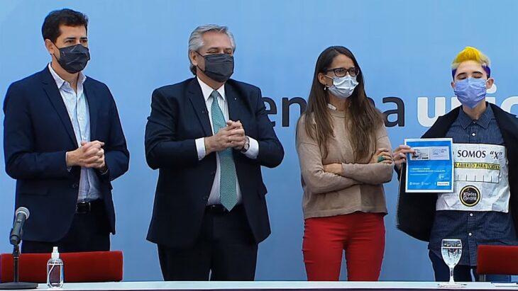 """Alberto Fernández encabezó la presentación del DNI para personas no binarias: """"Somos todas, todos y todes"""""""