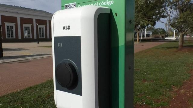 Instalan en la Costanera de Posadas un tótem gratuito para cargar vehículos eléctricos