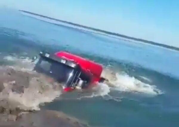 Video | Un camión volcador cargado no pudo frenar y terminó sumergido en el río Paraná