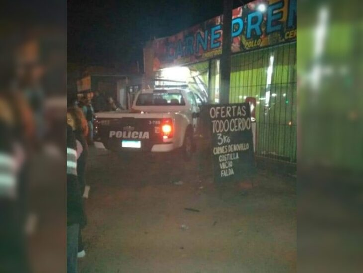 Posadas: patrullero se dirigía a intervenir en un robo, chocó contra otro auto y terminó incrustado en una carnicería