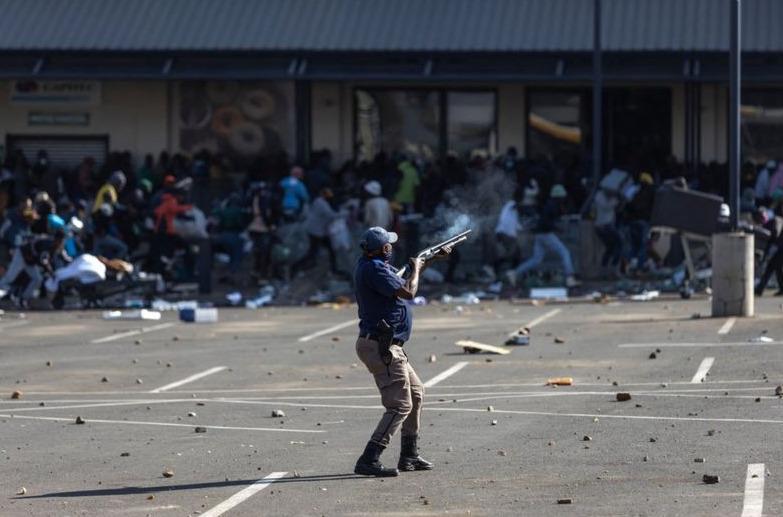 Una ola de disturbios y saqueos provocan 72 muertos en Sudáfrica