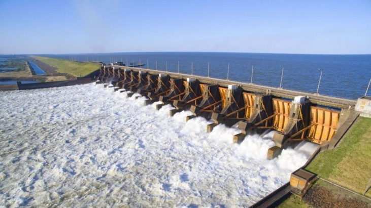 """La """"sequía histórica"""" y la bajante del río Paraná ponen en riesgo la generación de energía en las centrales hidroeléctricas de Uruguaí y Yacyretá"""