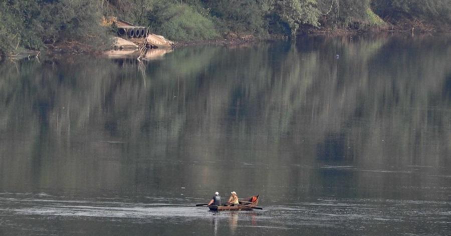 paraguayos cruzan en canoa el Paraná