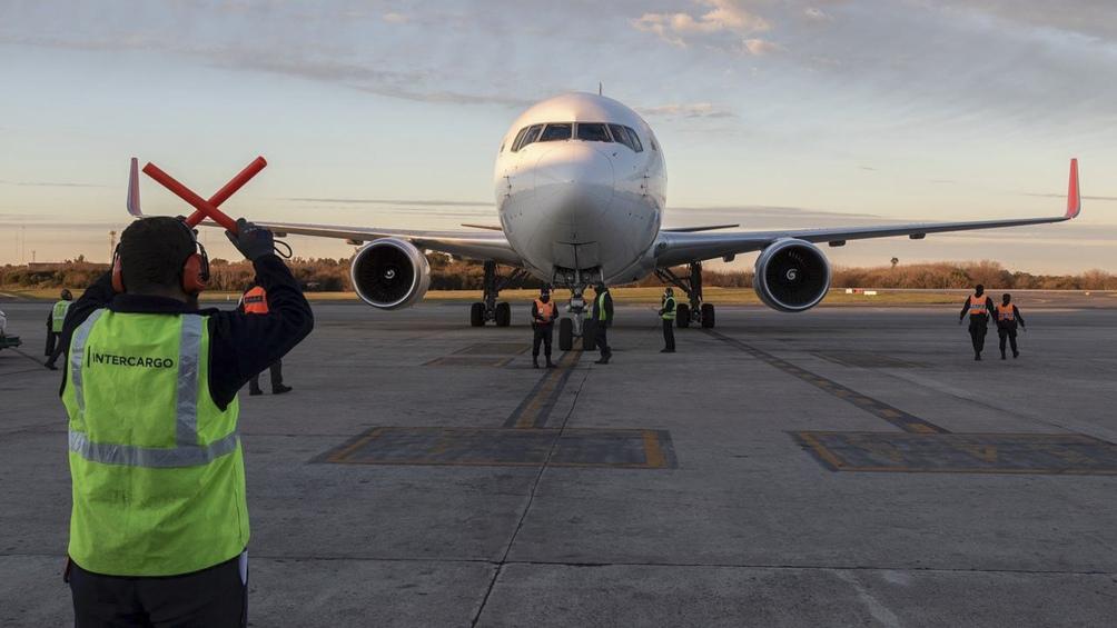 Llegaron más de 1,6 millón de dosis de la vacuna AstraZeneca en un vuelo de Air Canadá