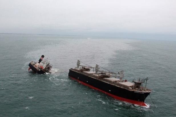 Un buque carguero se partió en dos en la costa de Japón y generó un derrame de petróleo