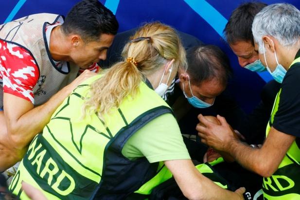 Cristiano Ronaldo noqueó de un pelotazo a un guardia de seguridad en la previa del debut del Manchester United