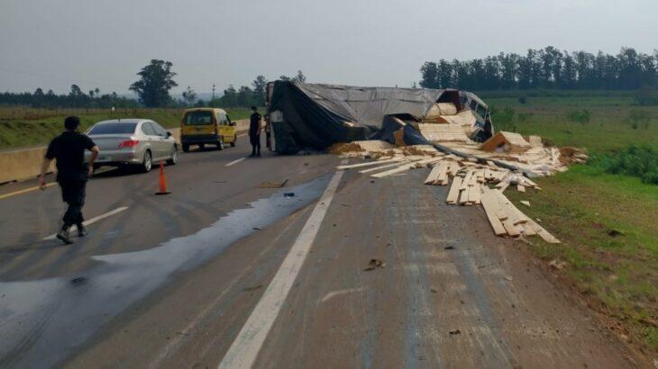 Volcó un camión cargado con madera en la Ruta 12 en el acceso a Cerro Corá