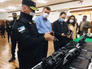 Estrenaron un nuevo tótem de seguridad y continúa la entrega de armas a policías en Oberá y Alem