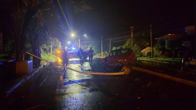 Chocó y derribó un poste de luces led recién instalado
