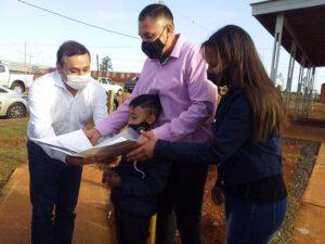 """Herrera Ahuad entregó 50 viviendas de madera en Itaembé Guazú, """"construidas con fondos propios porque los recursos nacionales no están llegando con relación a la gestión que realizamos"""""""