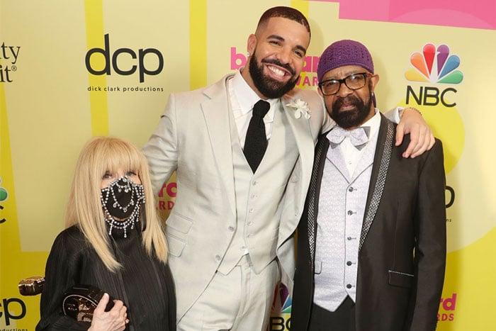 La mamá de Drake le envía flores antes del lanzamiento de su nuevo album