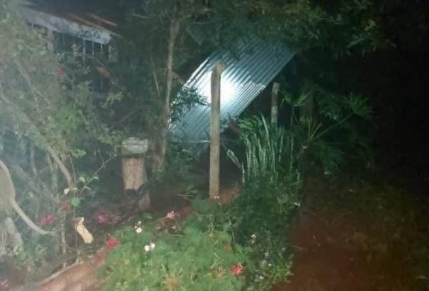 Un fuerte temporal azotó a San Vicente y provocó la caída de postes y voladura de techos